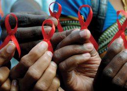 BAN01 BANGALORE (INDIA) 01/12/2009.- Activistas indios muestran lazos rojos durante el DÌa Mundial de la Lucha contra el Sida, en Bangalore (India), hoy, 1 de diciembre de 2009. La OrganizaciÛn Mundial de la Salud y Naciones Unidas celebran cada primero de diciembre este dÌa para concienciar a la sociedad de la necesidad de actuar con responsabilidad frente al virus de inmunodeficiencia humana (VIH). EFE/Jagadeesh Nv  TELETIPOS_CORREO:HTH,HUMAN RIGHTS,%%%,%%%